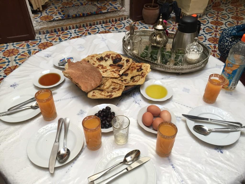 Ke snídani pita, veselá kráva, něco medu, jedno vařené vejce a trochu ukrutně hořkých oliv. Samozřejmě také sladký mátový čaj.